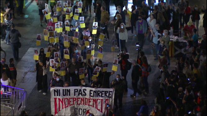 Uns+300+CDR+es+concentren+a+la+pla%C3%A7a+Sant+Jaume+de+Barcelona+pel+tercer+aniversari+de+l%271-O