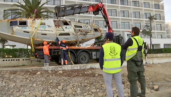 Sant+Josep+retira+un+vaixell+embarrancat+davant+la+inacci%C3%B3+de+Costes