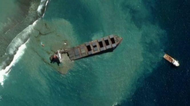 El+vaixell+embarrancat+a+les+costes+de+l%26apos%3Billa+Maurici+es+xapa+en+dos