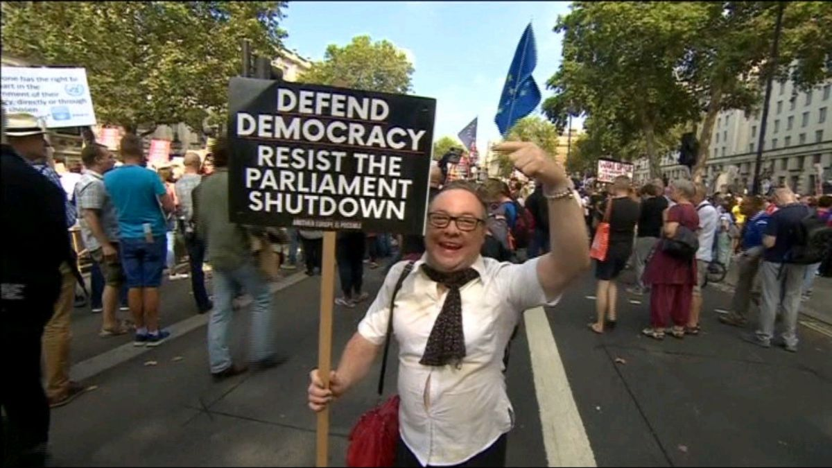 Milers+de+persones+es+manifesten+al+Regne+Unit+contra+el+tancament+del+Parlament
