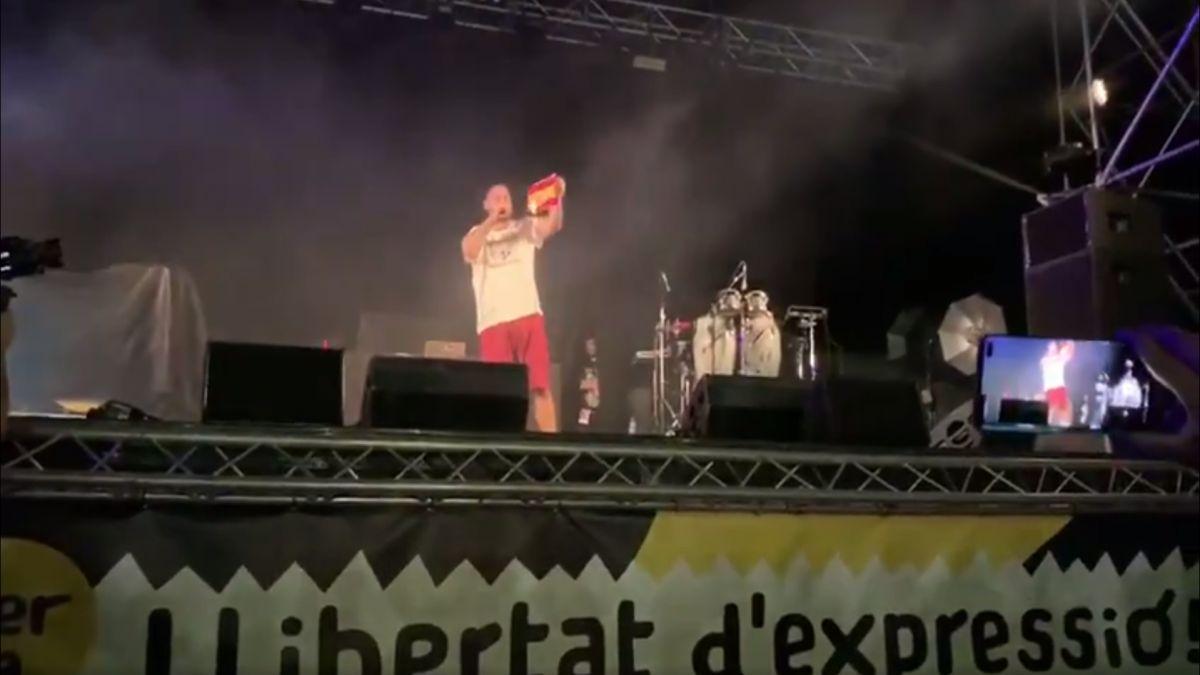 Pablo+Hassel+crema+una+bandera+espanyola+al+concert+on+havia+d%27actuar+Valt%C3%B2nyc