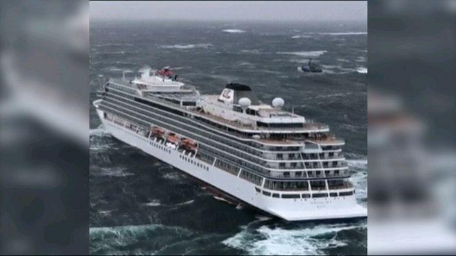 El+creuer+amb+1.300+passatgers+a+bord+%C3%A9s+remolcat+despr%C3%A9s+d%27avariar-se+a+la+costa+de+Noruega