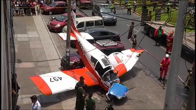 Una+avioneta+cau+damunt+un+cotxe+estacionat+a+Lima