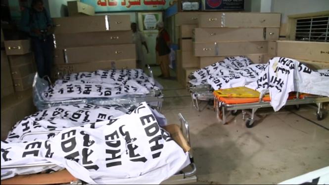27+morts+en+xocar+un+autob%C3%BAs+amb+un+cami%C3%B3+cisterna+al+Pakistan