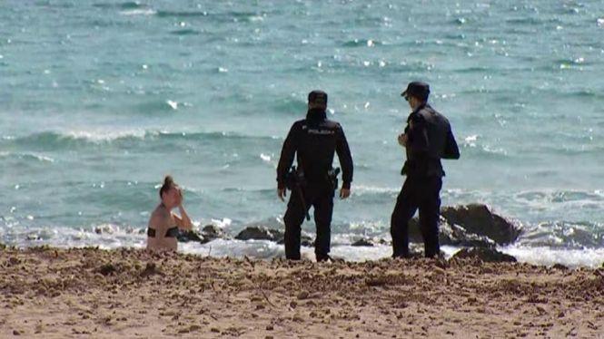 La+Policia+demana+a+alguns+turistes+despistats+que+abandonin+la+via+p%C3%BAblica