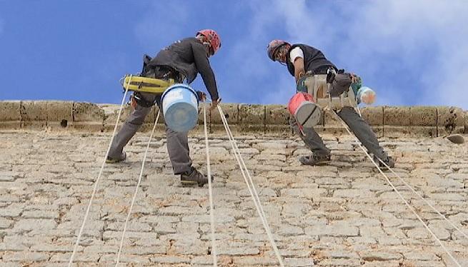 La+neteja+de+les+murades+de+Dalt+Vila+arriba+gaireb%C3%A9+a+la+meitat