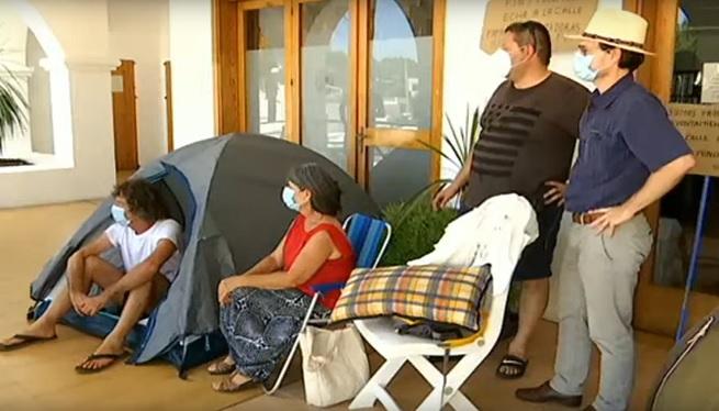 Continuen+acampats+a+l%26apos%3Bajuntament+els+afectats+per+l%26apos%3Bedifici+Don+Pepe