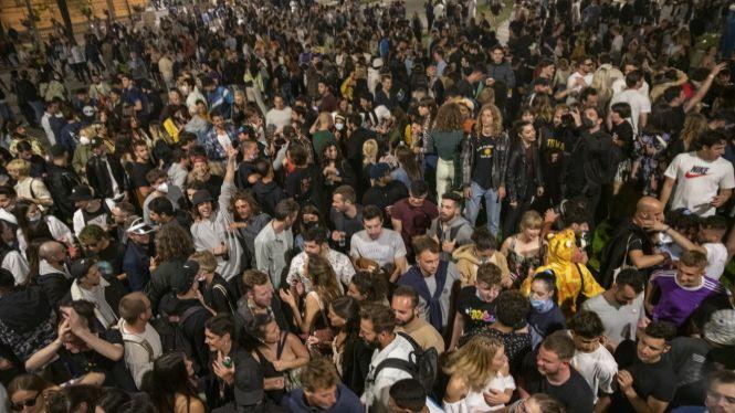 Milers+d%27espanyols+es+lliuren+a+la+festa+per+celebrar+el+final+de+l%27estat+d%27alarma