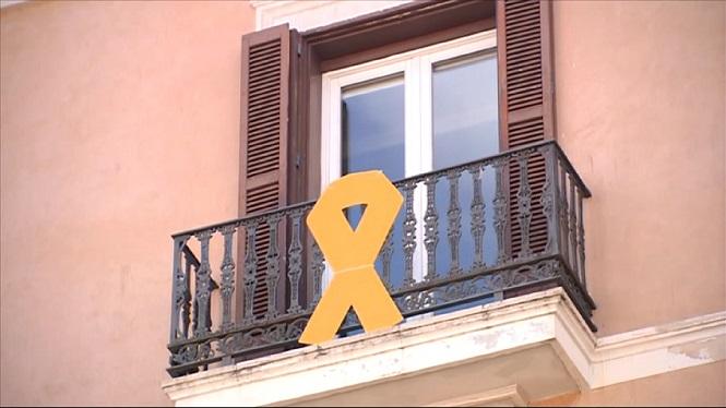 La+mesa+del+Parlament+decideix+no+retirar+el+lla%C3%A7+groc
