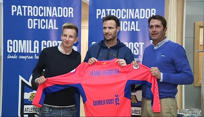 Manu+Herrera+ja+vesteix+de+blanc-i-blau