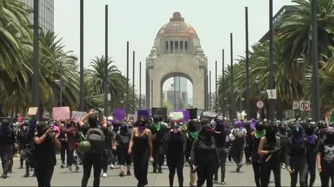 Centenars+de+dones+mexicanes+surten+al+carrer+contra+la+viol%C3%A8ncia+masclista
