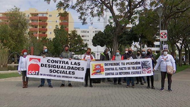 Una+vintena+de+persones+es+concentren+a+Eivissa+per+defensar+les+pensions