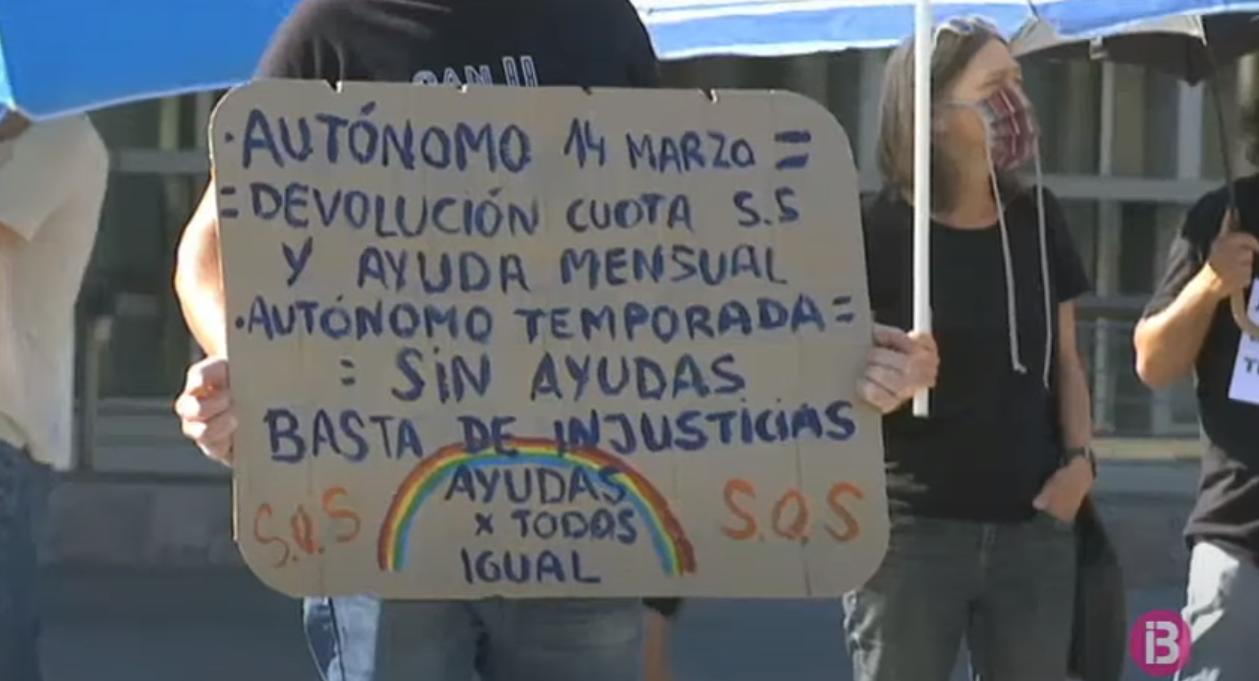 Mig+centenar+d%27aut%C3%B2noms+de+temporada+planten+els+para-sols+davant+el+Consell+de+Menorca+com+a+protesta