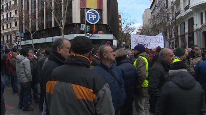 Els+taxistes+madrilenys+fan+feina+en+una+nova+proposta+per+reprendre+les+negociacions+amb+el+Govern+auton%C3%B2mic