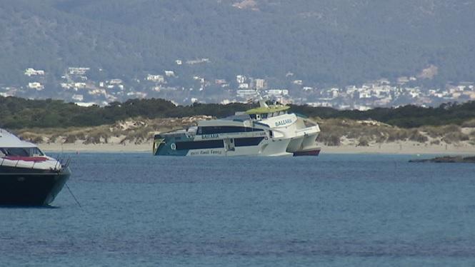 El+vaixell+accidentat+a+l%27illot+de+Castav%C3%AD+i+encallat+als+Trucadors+ser%C3%A0+remolcat+al+Port+d%27Eivissa
