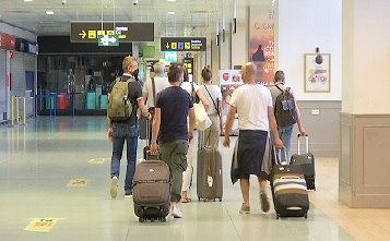 Els+primers+viatgers+internacionals+que+arriben+a+Eivissa+sense+restriccions+ho+han+fet+des+de+Mil%C3%A0