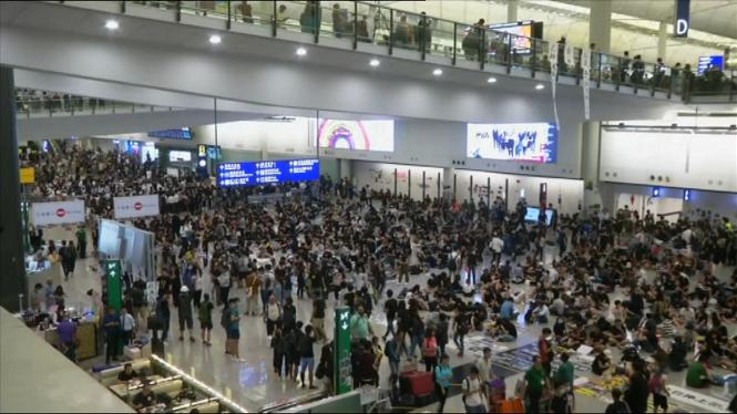 Els+manifestants+tornen+a+provocar+la+par%C3%A0lisi+a+l%27aeroport+de+Hong+Kong