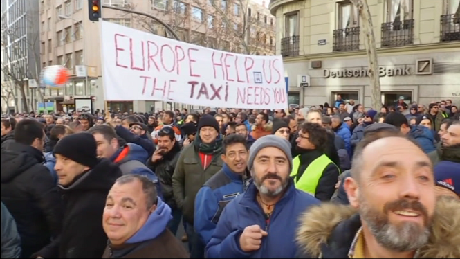 Els+taxistes+de+Madrid+proposen+una+hora+de+precontractaci%C3%B3+i+un+trajecte+m%C3%ADnim+de+5+quil%C3%B2metres+dels+VTC