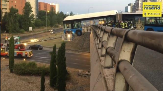 Un+autob%C3%BAs+de+Madrid+se+surt+de+la+carretera+i+queda+penjat+d%27un+pont