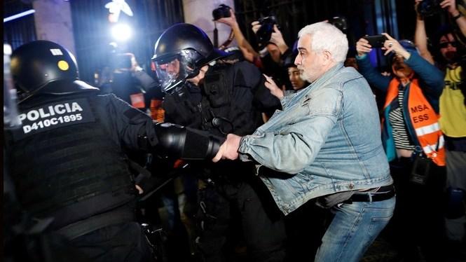 La+policia+torna+a+carregar+contra+els+manifestants+independentistes+a+Barcelona