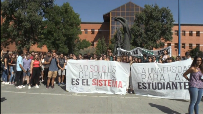 Els+estudiants+de+la+Rei+Juan+Carlos+fan+vaga+per+la+pol%C3%A8mica+dels+m%C3%A0sters