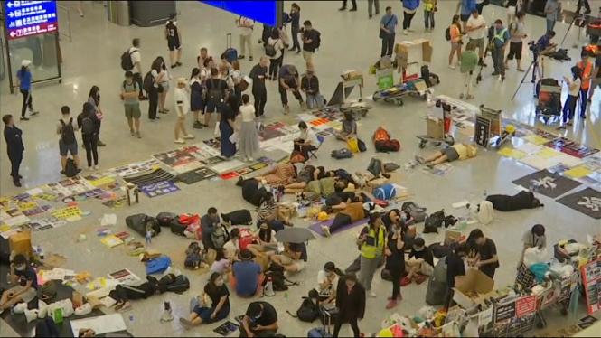 Un+tribunal+de+Hong+Kong+prohibeix+romandre+a+l%27aeroport+als+manifestants