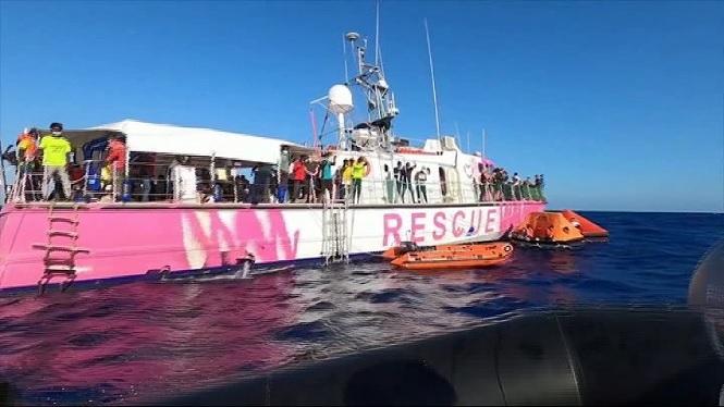 El+vaixell+Sea+Watch+4+acull+150+migrants+de+la+nau+humanit%C3%A0ria+de+Banksi