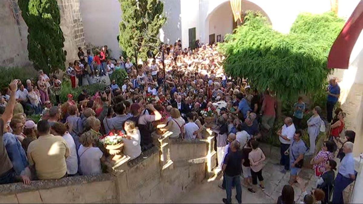 Centenars+de+persones+intenten+veure+i+acaronar+el+Be+durant+la+Vetlla