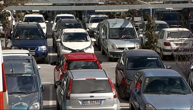 Cotxes+de+rent+a+car+ocupen+places+per+a+malalts+de+l%27aparcament+de+Can+Misses