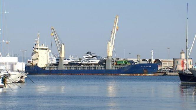 Un+vaixell+de+c%C3%A0rrega+amb+iots+de+luxe+atraca+al+Port+de+Palma