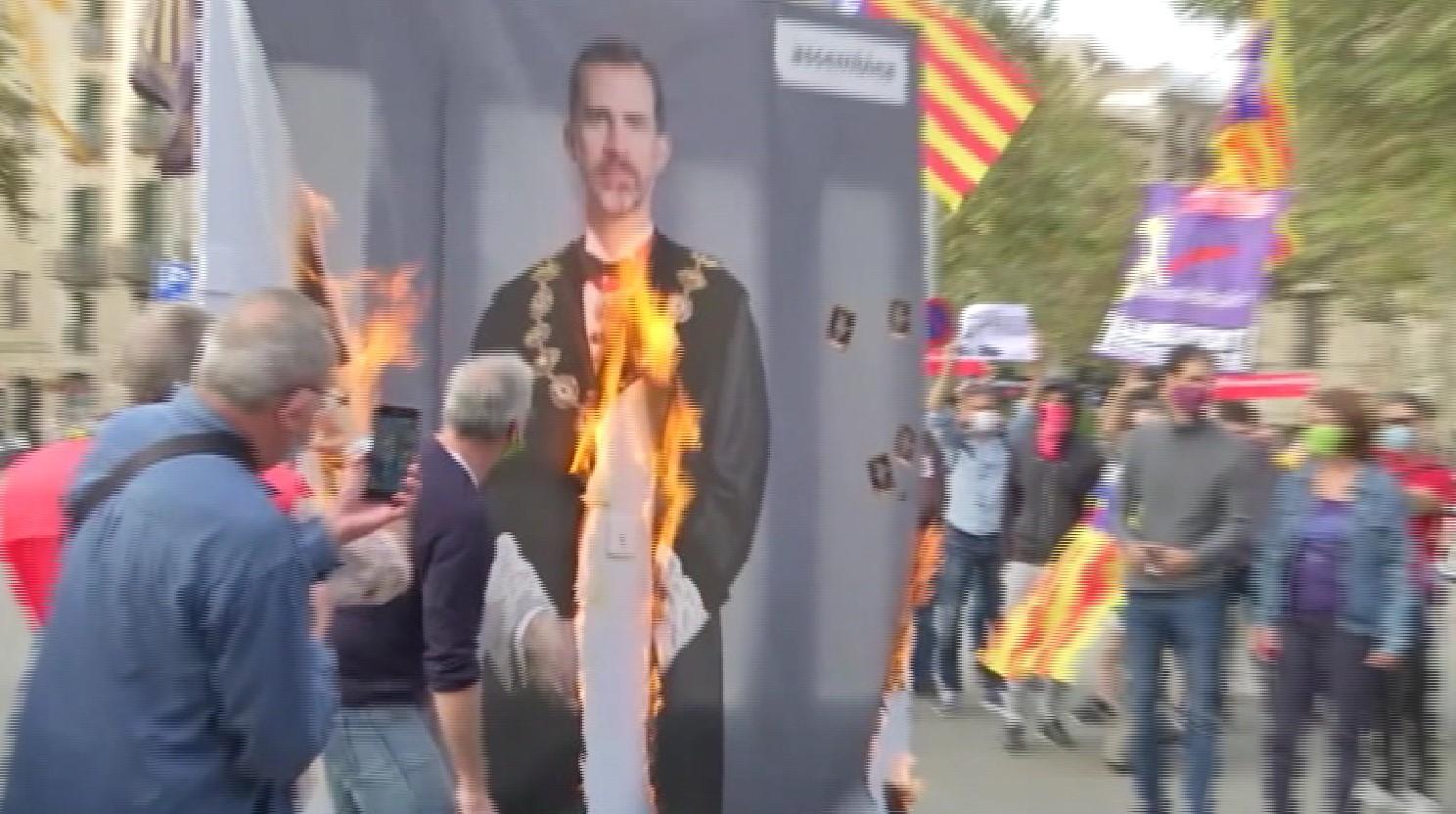 Felip+VI+visita+Barcelona+envoltat+de+protestes+contra+la+seva+pres%C3%A8ncia+a+la+BNEW