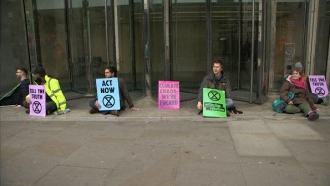 El+grup+ecologista+%26%238216%3BExtinction+Rebellion%27+bloqueja+l%27entrada+de+l%27edifici+de+la+Borsa+de+Valors+de+Londres