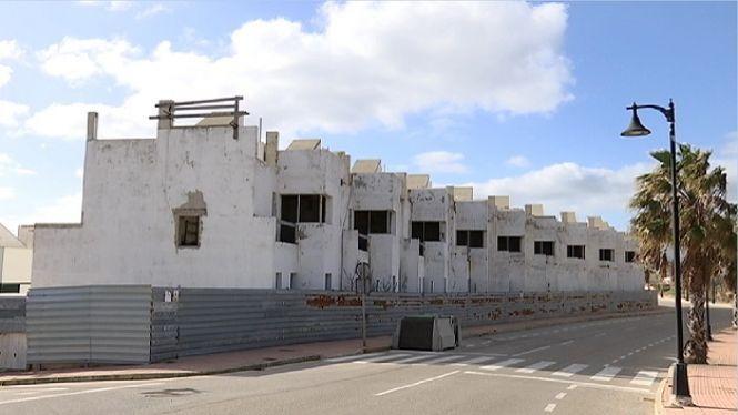 Es+Mercadal+demana+que+el+Govern+obligui+a+acabar+els+edificis+a+mig+construir