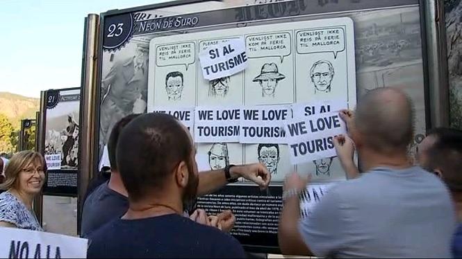 M%C3%A9s+d%27un+centenar+de+persones+es+manifesten+al+Port+de+S%C3%B3ller+en+defensa+del+turisme