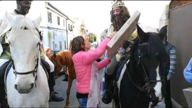 Capdepera+s%27aixeca+prest+per+rebre+Ses+Majestats+a+cavall