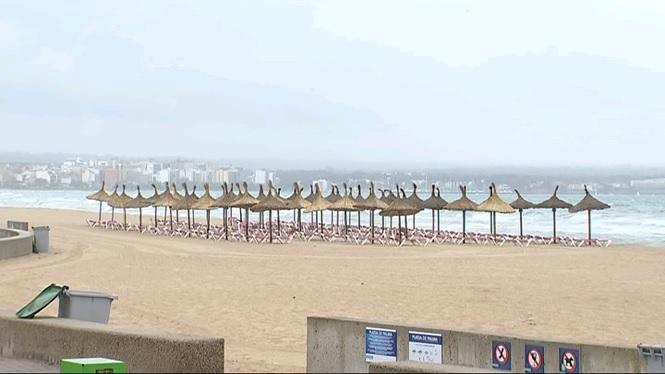 El+mal+temps+a+totes+les+Illes+deixa+les+platges+desertes+i+susp%C3%A8n+fires+com+la+de+Biniali
