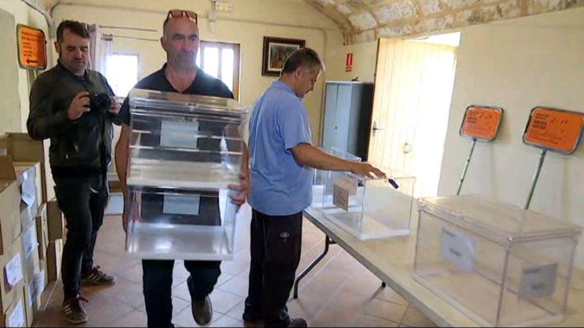 Els+operaris+ultimen+la+preparaci%C3%B3+dels+col%C2%B7legis+electorals+a+les+Balears