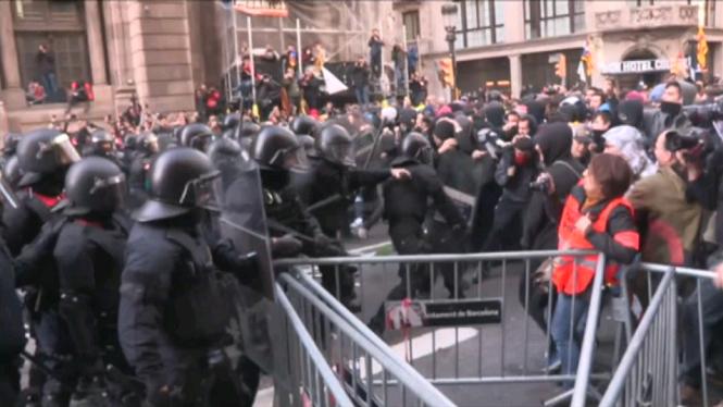 Milers+de+persones+surtren+als+carrers+de+Catalunya+en+protesta+contra+el+Consell+de+Ministres
