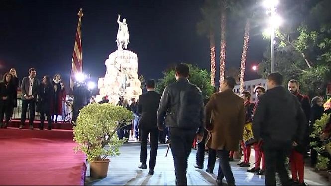 Escridassades+entre+sobiranistes+i+espanyolistes+durant+l%27ofrena+floral+del+rei+en+Jaume+I