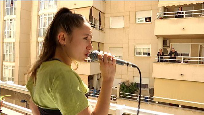 Una+jove+promesa+del+cant+encisa+els+ve%C3%AFns+de+Vila+des+del+seu+balc%C3%B3
