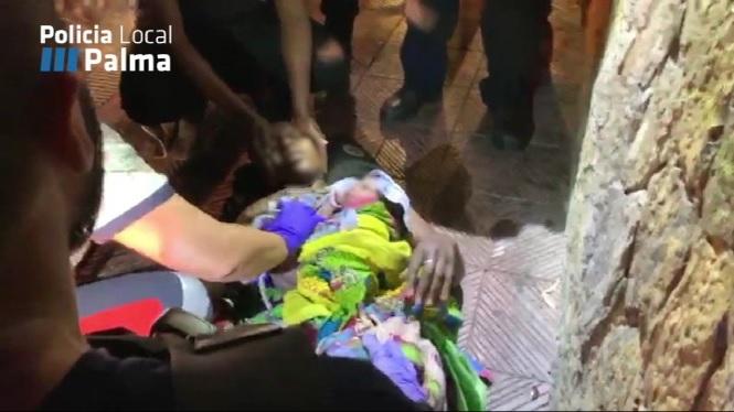 La+Policia+Local+assisteix+una+dona+que+s%27ha+posat+de+part+al+carrer+a+Platja+de+Palma