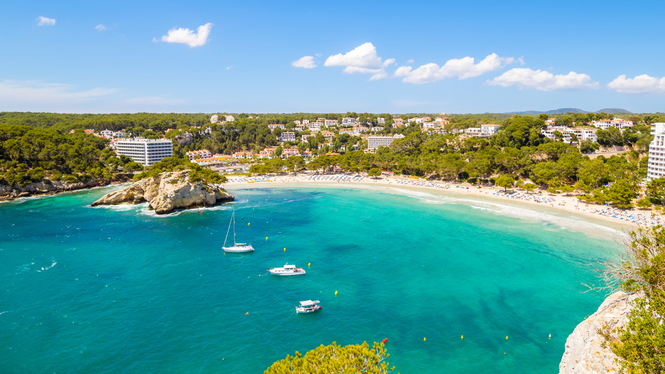 Arribada+t%C3%ADmida+dels+primers+turistes+mallorquins+a+Menorca