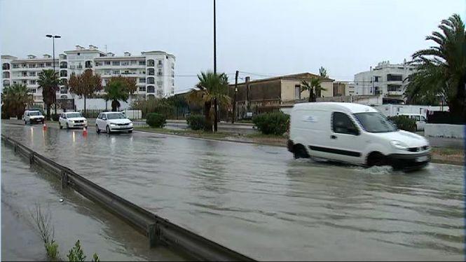 Les+pluges+provoquen+desviaments+de+vols+i+talls+de+carreteres+a+Eivissa