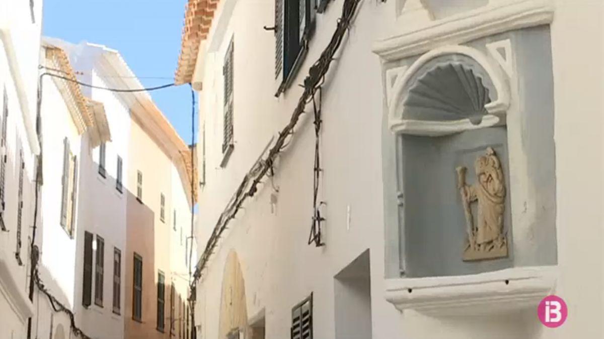 Una+vintena+de+capelletes+omplen+els+carrers+del+nucli+antic+de+Ciutadella