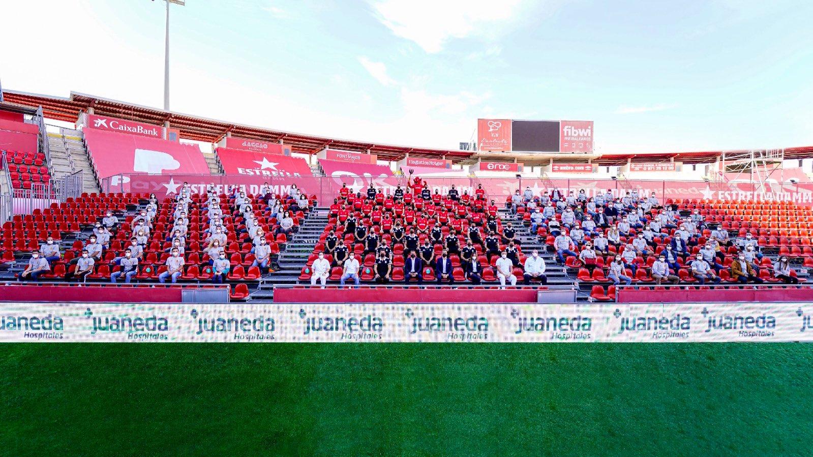El+Mallorca+es+fa+la+foto+oficial+de+la+temporada+al+costat+de+100+aficionats+a+Son+Moix