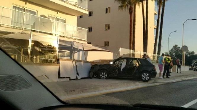 Un+cotxe+topa+contra+el+mur+exterior+d%27un+hotel