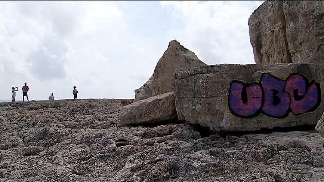 Identificats+els+autors+de+les+pintades+damunt+roques+de+la+costa+de+Cala+Figuera