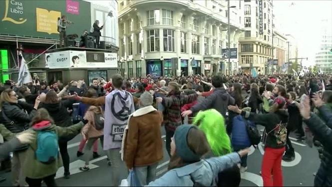 Un+grup+de+manifestants+bloqueja+la+Gran+Via+de+Madrid+per+exigir+mesures+urgents+contra+el+canvi+clim%C3%A0tic