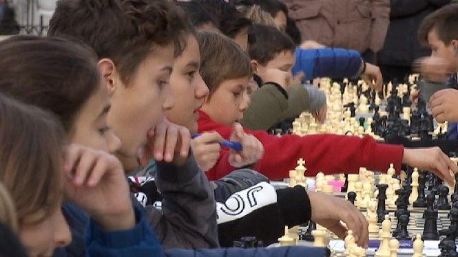 Els+alumnes+de+Sa+Graduada+exhibeixen+el+seu+domini+dels+escacs+a+l%27Esplanada