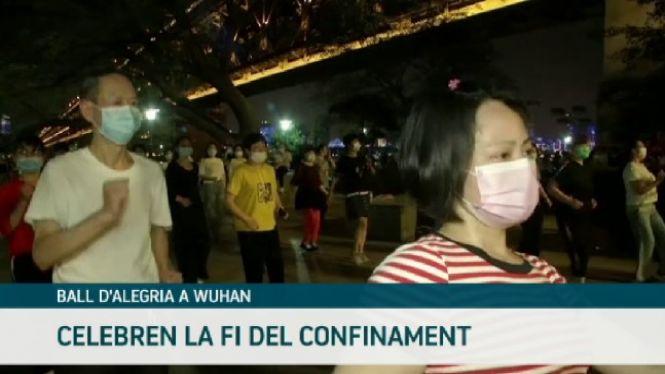 Els+ciutadans+de+Wuhan+celebren+amb+balls+el+desconfinament